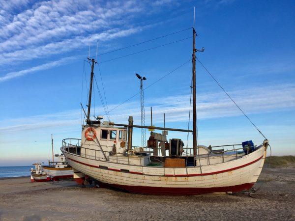 Fischkutter am Sletter Strand in Nordjütland, Dänemark.
