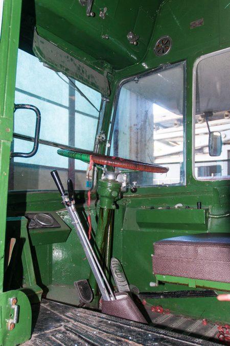 Fahrerplatz in einem alten Doppeldeckerbus im Museo de Carris, Lissabon, Juli 2017